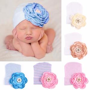babymutsje met strass bloem